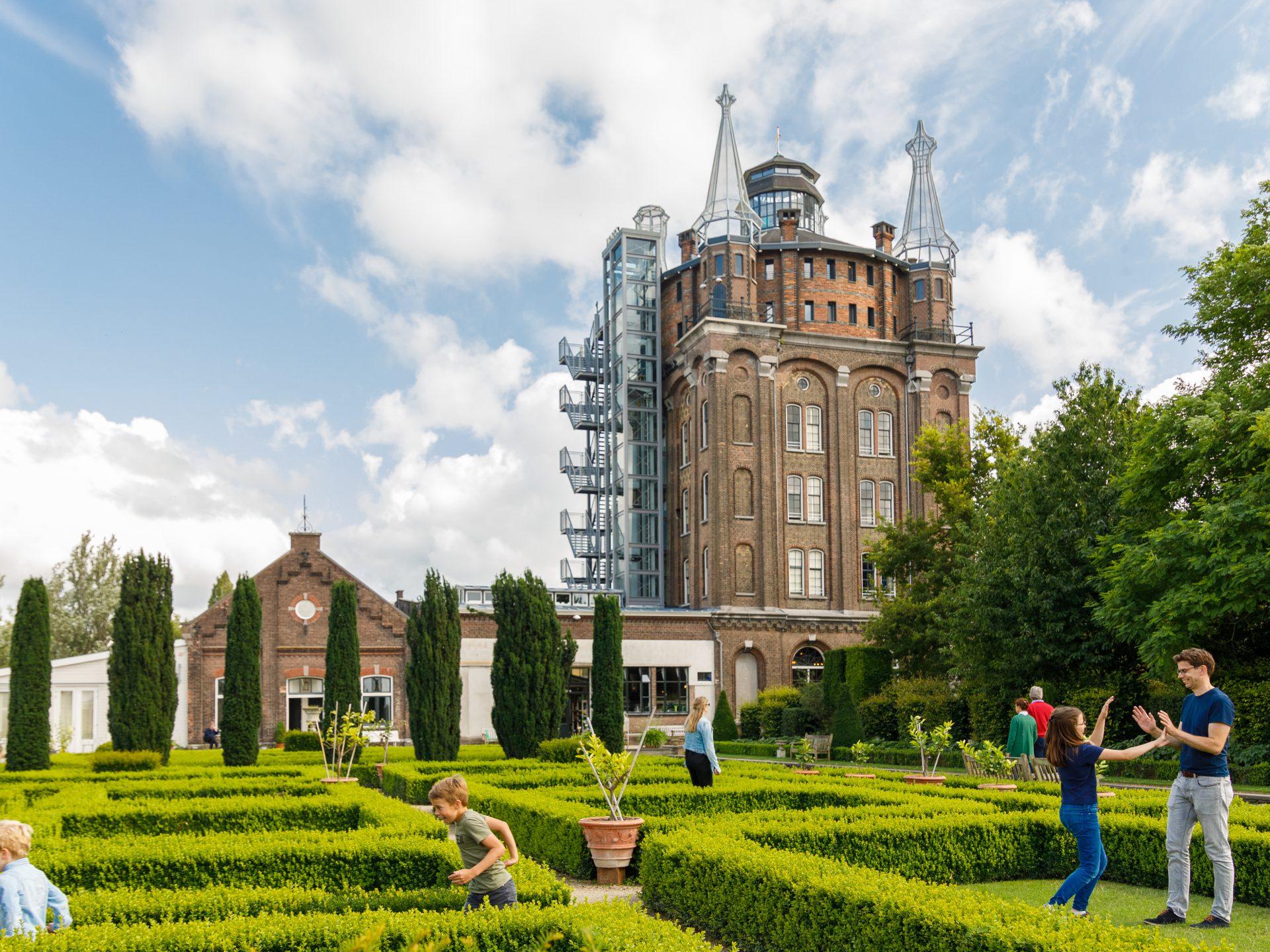 Hotel Villa Augustus - Dordrecht - tuin - watertoren