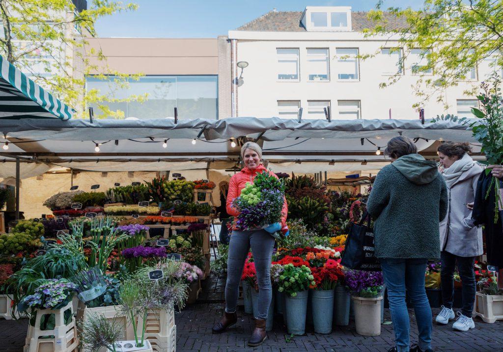 Weekmarkt Sarisgang en Statenplein bloemen Dordrecht